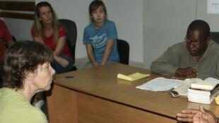 Des prévenus américains devant le procureur adjoint haïtien Jean Ferge Joseph (d) qui prononce son verdict dans l'affaire d'enlèvement présumé d'enfants, à Port-au-Prince, le 4 février 2010.