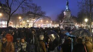 Le mouvement «Nuit debout», dans la soirée du 2 avril 2016, place de la République à Paris.