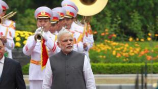 Ảnh tư liệu: Thủ tướng Việt Nam Nguyễn Xuân Phúc (T) và đồng nhiệm Ấn Độ Narendra Modi duyệt đội quân danh dự trong lễ đón tiếp tại Hà Nội, ngày 03/09/2016