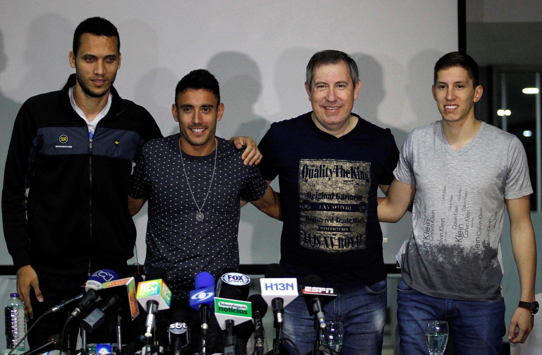 Os jogadores Hélio Neto, Alan Ruschel (à esq.), o jornalista Rafael Henzel e o goleiro Jakson Follman (à dir.), sobreviventes do acidente aéreo, durante entrevista coletiva na Colômbia em 8/05/2017.