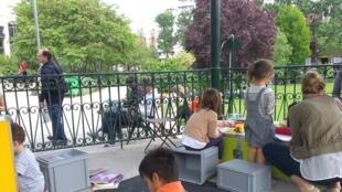 Dans la jardin Villemin à Paris, des enfants du quartier et des enfants migrants.