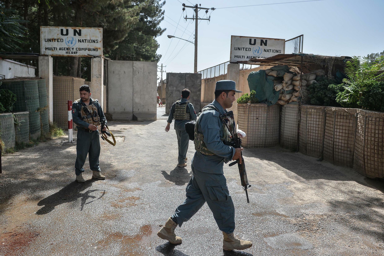 Soldados afganos custodian las oficinas de la Misión de Naciones Unidas en Afganistán en Herat (oeste), atacadas en la víspera, el 31 de julio de 2021