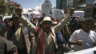 Marcha de indígenas bolivianos hacia La Paz, en protesta por la construcción de una carretera en una zona protegida
