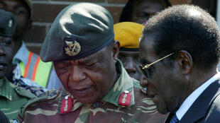 Le président zimbabwéen Robert Mugabe en discussion avec le général Constantino Chiwenga à Harare, en juillet 2008.