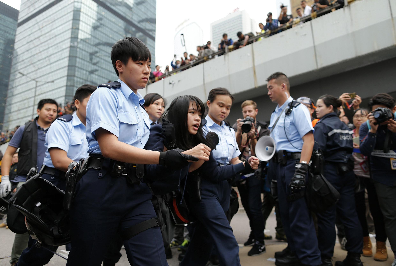 Cảnh sát bắt giữ người biểu tình còn muốn ở lại trong khu vực bị giải tỏa Admiralty, Hồng Kông ngày 11/12/2014.