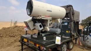 El cañón láser desplegado por la policía fronteriza israelí frente a la Franja de Gaza para neutralizar los globos incendiarios.