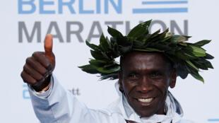 Eliud Kipchoge de Kenia celebra después de ganar el maratón de Berlín y romper el récord mundial, en Berlín, Alemania, este 16 de septiembre de 2018.