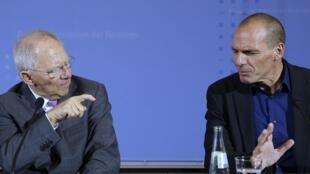 Ministro alemão das Finanças, Wolfgang Schaeuble (e), em contro com o com colega grego, Yanis Varoufakis, em foto de 5 de fevereiro.