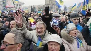 Manifestantes en el centro de Kiev durante la marcha de este domingo