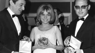 Серж Генсбур (слева), 18-летняя певица Франс Галь (в центре) и дирижер Ален Горогер 20 марта 1965.