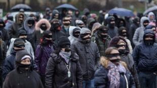 Biểu tình chống cải cách tư pháp tại Rumani, ngày 17/12/2017, ở Bucarest. Trong ảnh, những người biểu tình bịt kín mắt cùng miệng, để lên án cuộc cải cách bóp nghẹt tư pháp của đảng cánh tả Xã Hội - Dân Chủ cầm quyền.