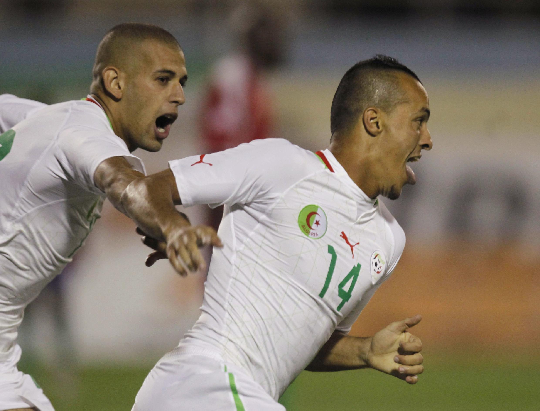 Les Algériens Foued Kadir (à droite) et Islam Slimani (à gauche).