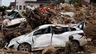 As equipes de resgate procuravam nesta quinta-feira (12), entre os escombros, as dezenas de pessoas que continuam desaparecidas após as fortes chuvas que atingiram o oeste do Japão.