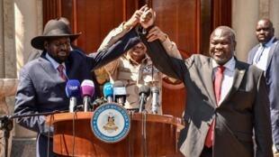 """Le président sud-soudanais Salva Kiir, le chef de l'opposition Riek Machar et Mohamed Hamdan Daglo """"Hemeti"""" après leur conférence de presse à Juba, le 17 décembre 2019."""