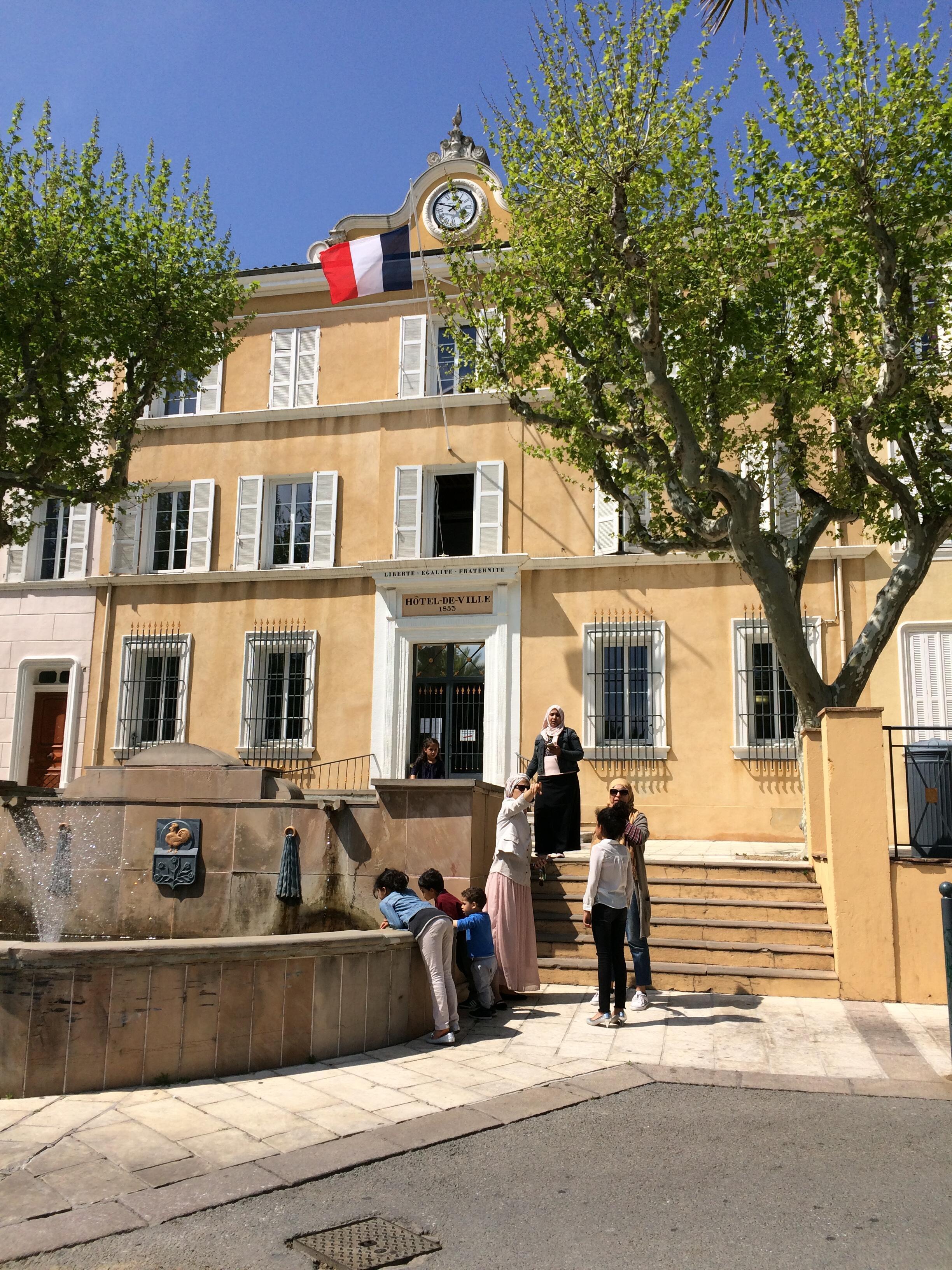 Mães muçulmanas em frente à sede da prefeitura de Cogolin, cidade do Golfo de Saint-Tropez, governada pela extrema-direita desde abril de 2014.