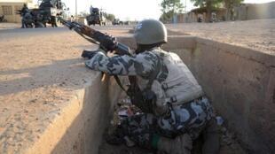 Un soldat malien en position dans une rue de Gao, le 10 février 2013. (Image d'illustration)