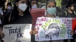 Des militantes indiennes de l'ONG All India Progressive Women's Association (AIPWA) lors d'un rassemblement le 1er octobre à Bangalore, après le viol d'une intouchable (Dalit) dans l'Uttar Pradesh.
