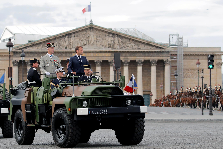 Президент Эмманюэль Макрон и глава Генштаба французской армии Франсуа Лекуантр. Национальный праздник Франции. Площадь Согласия в Париже 14 июля 2020.