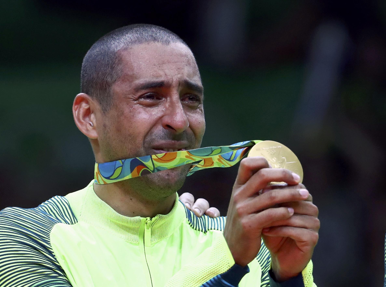 O jogador Sergi,nho se emocionou ao receber a medalha de ouro e as homenagens da torcida e dos companheiros de seleção.