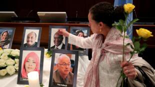 Anabelle Tayob devant la photo de son mari lors de la cérémonie d'hommage organisée pour les membres de l'ONU de d'ONG tués dans le crash.