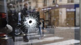 Пулевое отверстие в витрине одного из кафе в центре Парижа, неподалеку от Оперы, где чеченец Хамзат Азимов напал в субботу, 12 мая, на прохожих