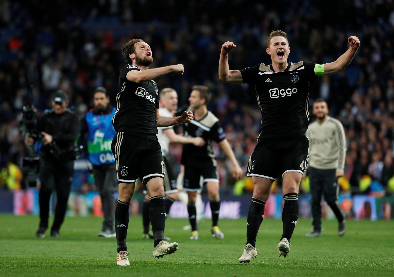 Daley Blind y Matthijs de Ligt, del Ajax, festejan su victoria en el madrileño Santiago Bernabeu, este 5 de marzo de 2019.