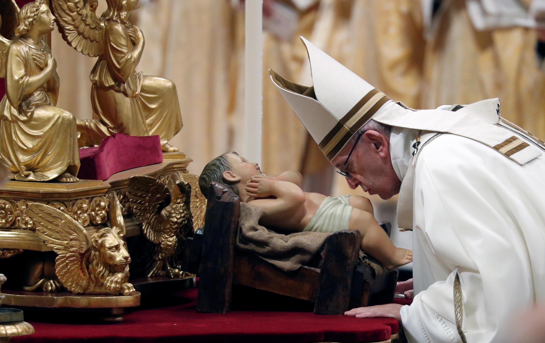 Giáo hoàng Phanxicô hôn tượng Chúa Hài Đồng trong đêm Thánh Lễ 24/12/2018.