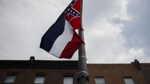 A bandeira do estado de Mississippi, com o símbolo confederado, na Convenção Nacional Democrática da Filadélfia, em 24 de junho de 2016.