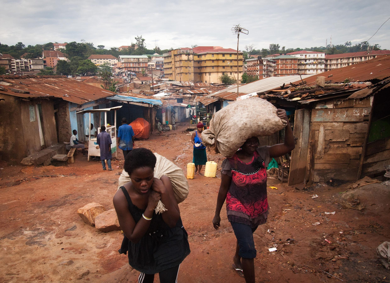 Les jeunes sans emploi sont les premières cibles des recruteurs des groupes jihadistes. Photo : Dans un bidonville de Kampala, la capitale ougandaise.