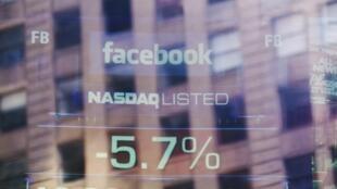 Les écrans de l'immeuble du Nasdaq reflètent la chute de l'action Facebook, ce 16 août 2012.