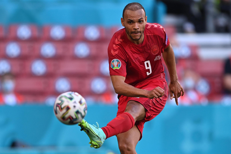 L'attaquant danois Martin Braithwaite frappe lors du match de l'Euro contre la Belgique le 17 juin 2021 à Copenhague