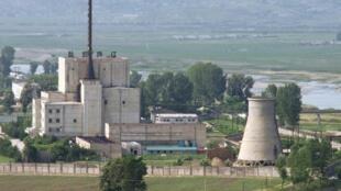 Foto do complexo nuclear de Yongbyon feita em 27 de junho de 2008, antes que a torre de resfriamento fosse destruida.