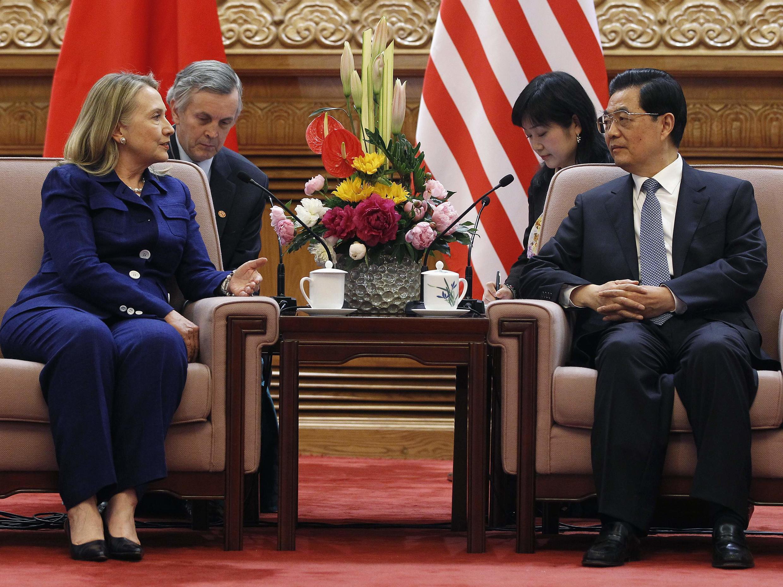 Chủ tịch Trung Quốc Hồ Cẩm Đảo (phải) tiếp Ngoại trưởng Mỹ Hillary Clinton tại Đại lễ đường Nhân dân, Bắc Kinh, 04/05/2012