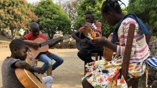 Des membres de l'école de musique  sur le site de Saint-Laurent, à Bouar. Le Père Bénédict fait actuellement construire des locaux dans le centre-ville pour cette école qu'il a créée en 2013.