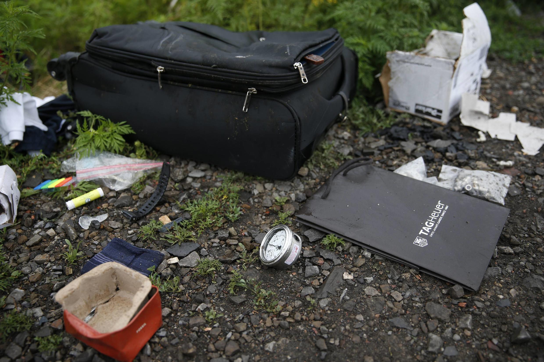 Objetos pessoais em meio aos destroços do avião da Malaysia Airlines que caiu na Ucrânia.