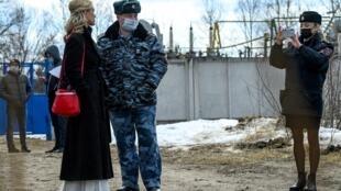 Anastasia Vasilieva (izq), integrante del sindicato Alianza de Médicos, habla con un oficial de policía a la entrada del centro penitenciario donde está preso Alexei Navalni, el 6 de abril de 2021 en la ciudad rusa de Pokrov, a 100 km de Moscú