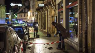 La police relève des indices sur les lieux où l'automobiliste a fauché volontairement onze personnes à Dijon, le 21 décembre 2014.