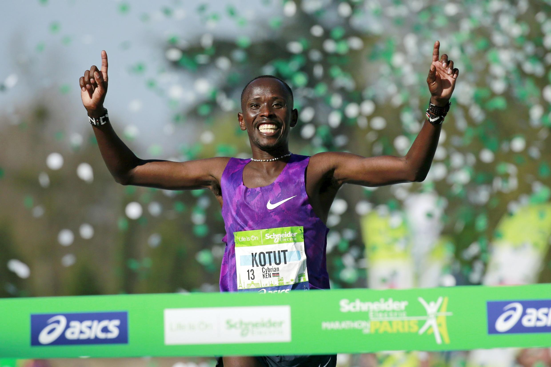 Cyprian Kotut foi o grande vencedor da 40ª maratona de Paris disputada neste domingo.