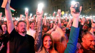 Les Hongrois se sont réunis samedi dans les rues de Budapest pour exprimer leur ressentiment après la facile réélection du président Viktor Orban.
