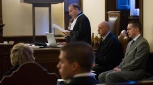 El ex mayordomo Paolo Gabriele (sentado, traje gris) espera la setencia durante la ultima audiencia por el Vatileaks