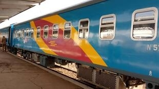 D'une capacité de 192 places, le nouveau train de luxe n'a embarqué pour ce premier voyage que 40 passagers et des agents de la société.