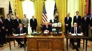 美國總統特朗普在橢圓形辦公室與塞爾維亞總統和科索沃總理 攝於2020年9月4日 Le président américain Donald Trump dans le Bureau ovale avec le président serbe Aleksandar Vucic et le Premier ministre kosovar Avdullah Hoti le 4 septembre 2020.