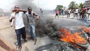 Waandamanaji waliokuwa wakimpinga Gbagbo wakiandamana mwezi Machi
