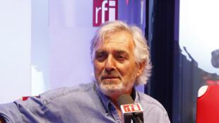 Jean-Paul Dubois en studio à RFI.