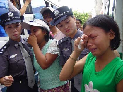 圖為中國官方媒體報道被拯救出的緬甸女性揮淚離開中國圖片