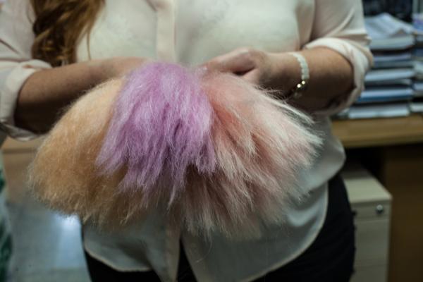 Натуральные волосы скоро выйдут из употребления, для париков все чаще используют искусственные волокна.