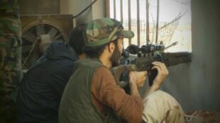 Miembros del Ejército Libre de Siria se posicionan en una casa del barrio Qusseer en Homs, este 15 de julio de 2012.