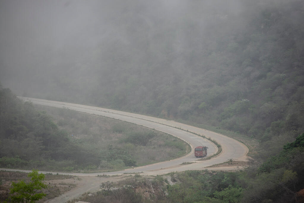 Un bus se dirige vers Ciudad Caribia. Sept bus, sur un total de 16 disponibles, peuvent faire les 20 km qui séparent la ville de Caracas, où la plupart des gens travaillent, isolant les gens qui se trouvent dans les collines.