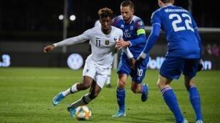 Le Français Kingsley Coman (g) face aux joueurs islandais, le 11 octobre 2019.