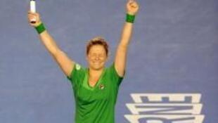 Kim Clijsters comemora o título sob os aplausos do público.